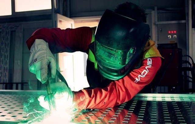 El uso del aluminio es frecuente en la fabricación de piezas para aviones. El aluminio se utiliza para fabricar piezas para aviones. Fotografía de Unsplash.