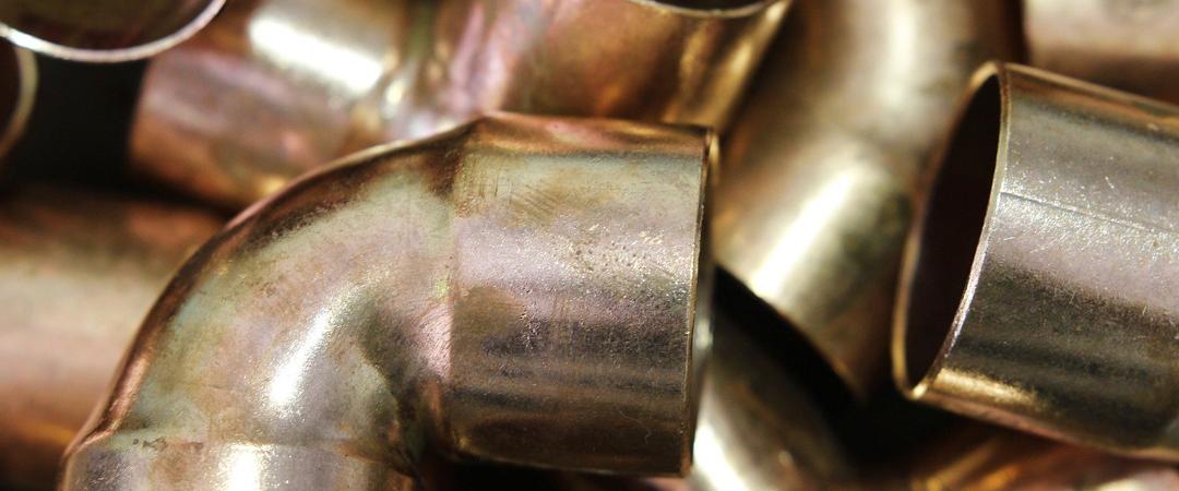 Accesorios de fontanería: racor, tuberías y válvulas.